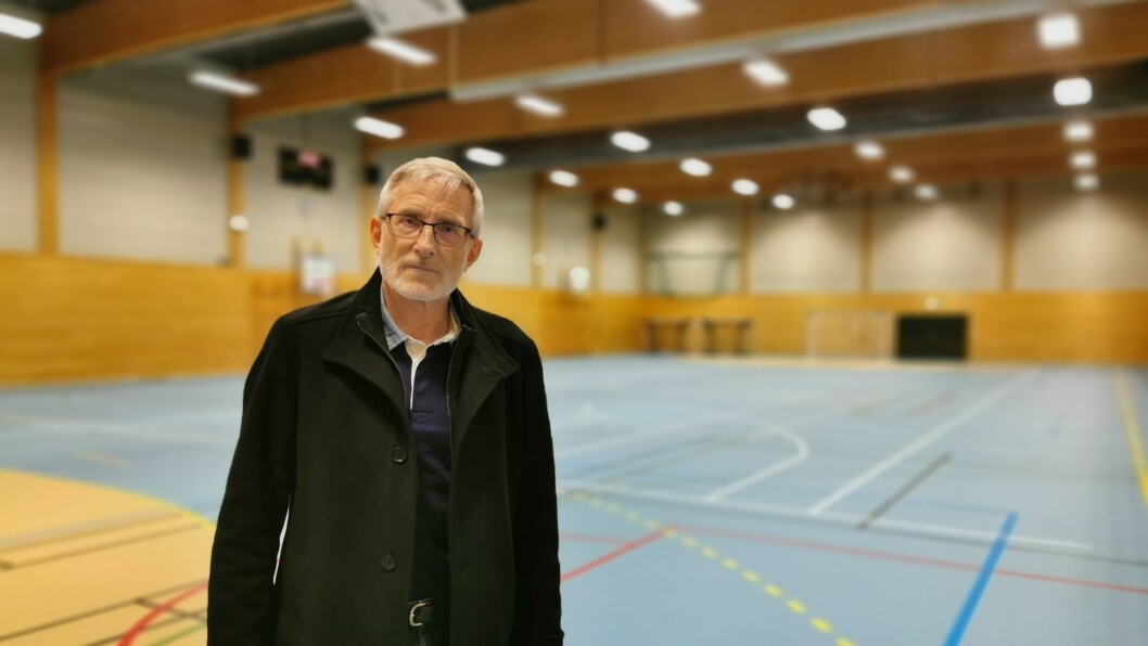 KLAR: Smittevernlege i Luster, Knut Cotta Schønberg, er klar for å ta imot 1300 menneskje i denne hallen i Gaupne, dersom regjeringa får tilsendt 1,12 millionar doser med vaksine.