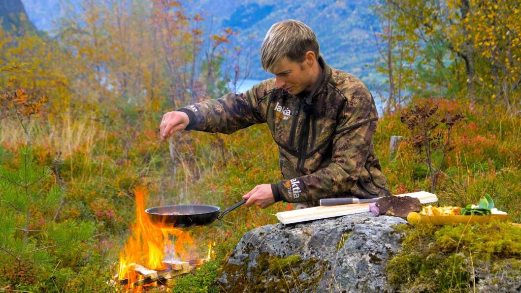 HELST UTE: Joar Søhoel prøver å laga mest mogleg av maten ute på bål, og har laga nede ved vatn, opp i skogen, og på fjelltoppar.