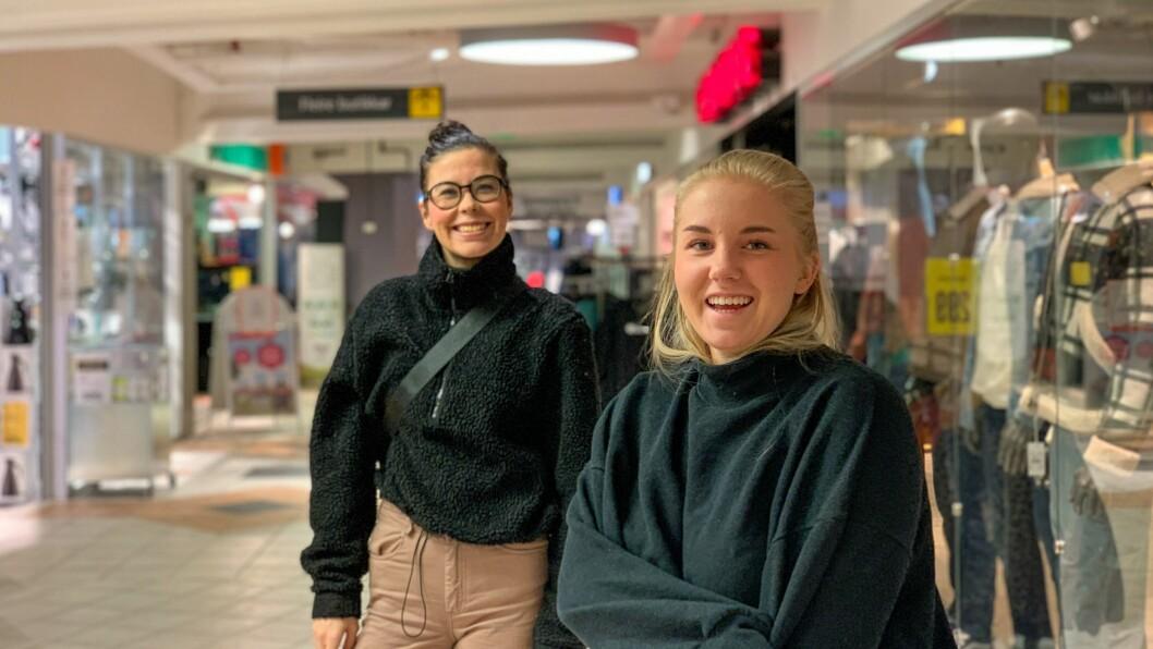 SPENTE: Therese Flæte Blomberg (t.v) og Tiril Njøten Kleppestø følgjer spent med på smittesituasjonen i Førde.