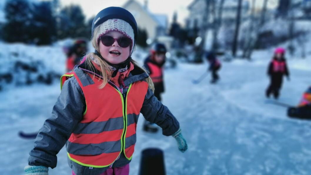KOS: – å gå på skøyter er GØY, ropar barnehage-elev Lilli Renå Pedersen ut i eit gledesrop som truleg kunne høyrast frå Kjørnes til Sogndal.
