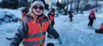 Hektisk dag på isen for ungane i Kjørnes barnehage
