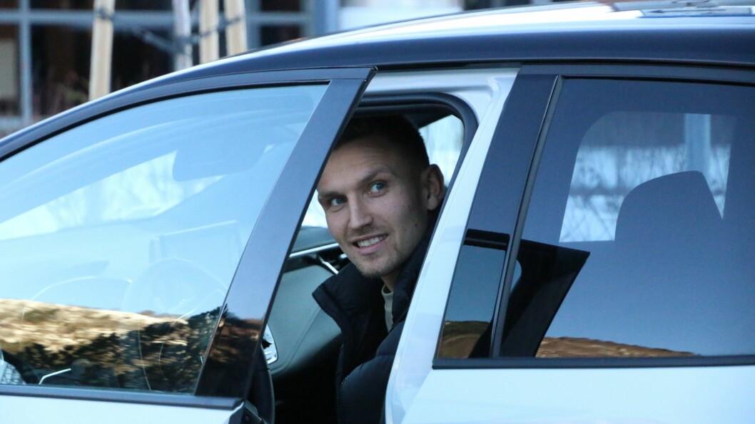 PÅ PLASS: Kristoffer Valsvik møtte Porten utanfor campus med sin rykande ferske bil.
