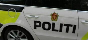 Politiet rykka ut til 14 feilparkerte bilar på snuplass, feststøy og påkøyrsel