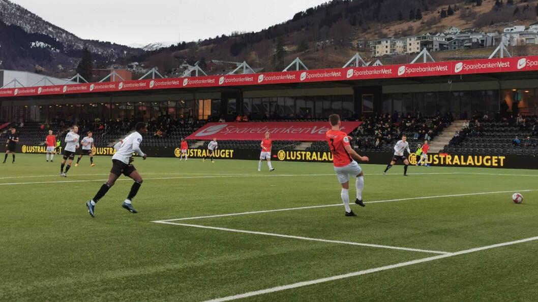 MÅL: Alioune Ndour skårar for Sogndal heime på Fosshaugane. No er han på veg til Rogaland.