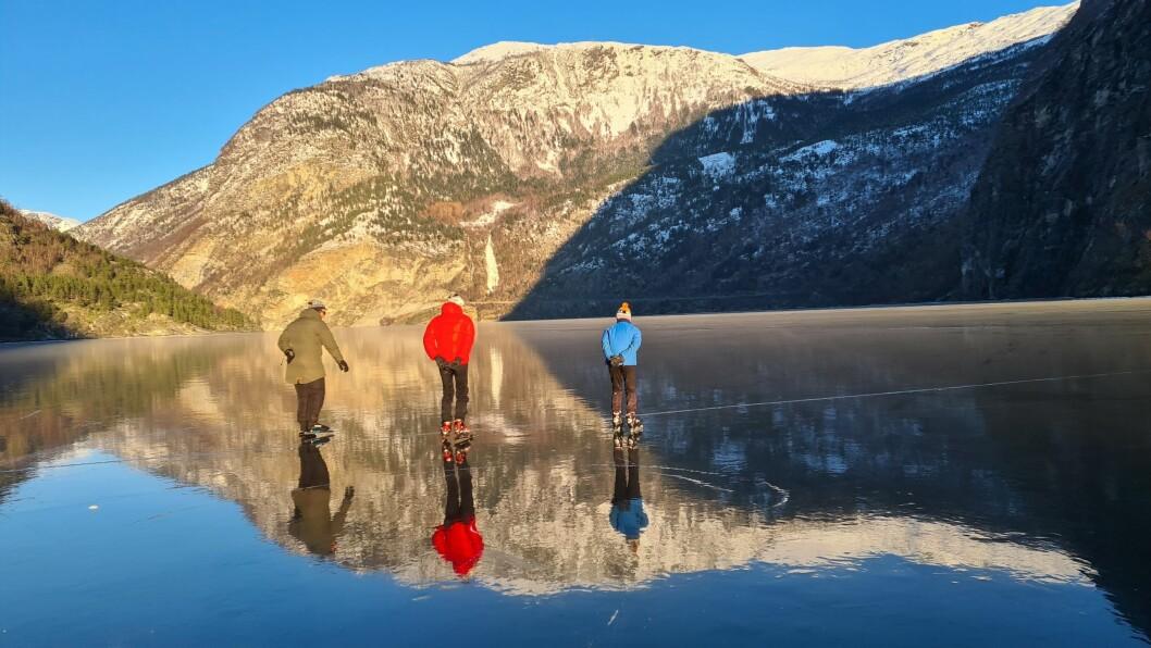 SKØYTEIS: Skøyteisen på Årdalsvatnet er målt til å vere 25 centimeter nokre plassar.