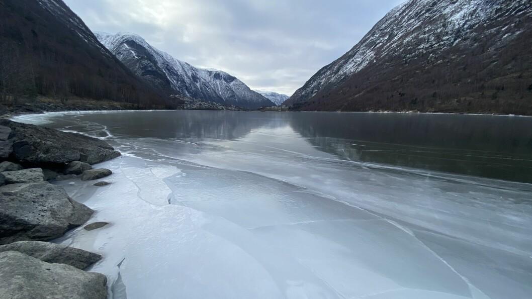 STENGJER: Kommunen stenger for ferdsel ved Årdalsvatnet.