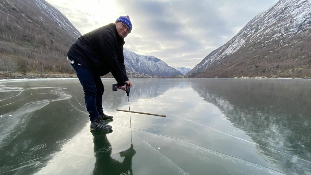 TJUKKIS: Sipke Paulides målar isen til 22 centimeter. Det er meir enn tjukk nok til å gå på, forklarar han.