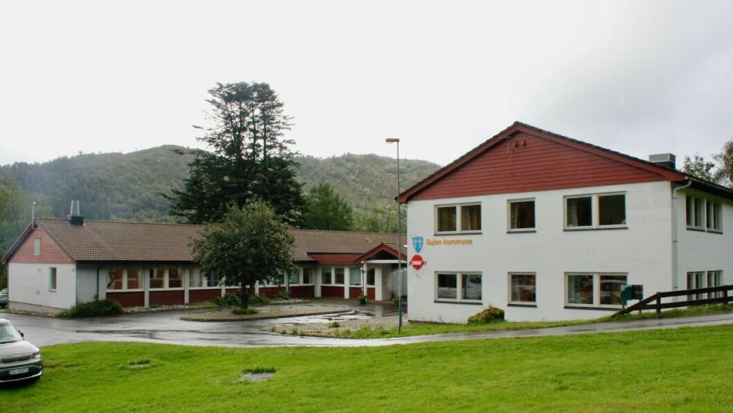 STENGT: Kommunehuset i Eivindvik vil ikkje vere ope for besøkande denne veka.
