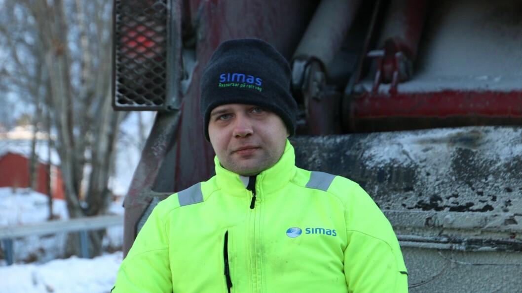 KALD JOBB: Artur Spots er ute i kulda på runden i Balestrand for å tømma bos.