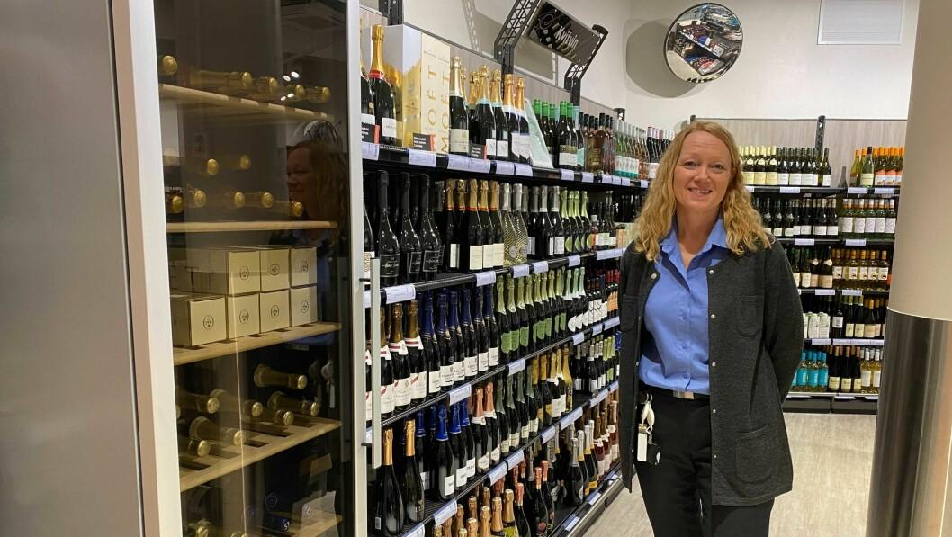 FORNØYD: Mildrid Uvaas Kvamsdal er svært fornøyd med både salet på vinmonopolet i Årdal, og på at kundane oppfører seg etter smitteverntiltaka.
