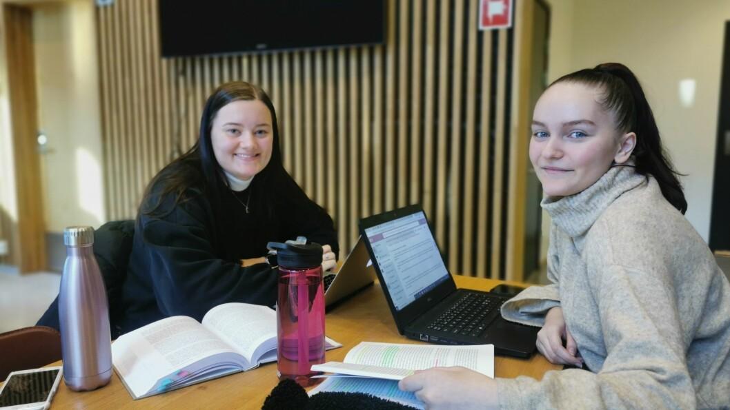 NØGDE: Birgitte Sandvik (Venstre i biletet) og Edita Kamber trivst som høgskulestudentar i Sogndal. Likevel er dei overraska over at trivselen ser ut til å vere like høg blandt studentar som før koronatida.