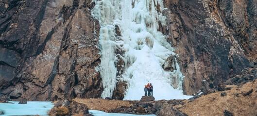 Silje og familien reiste på vintertur for å sjå på fossen