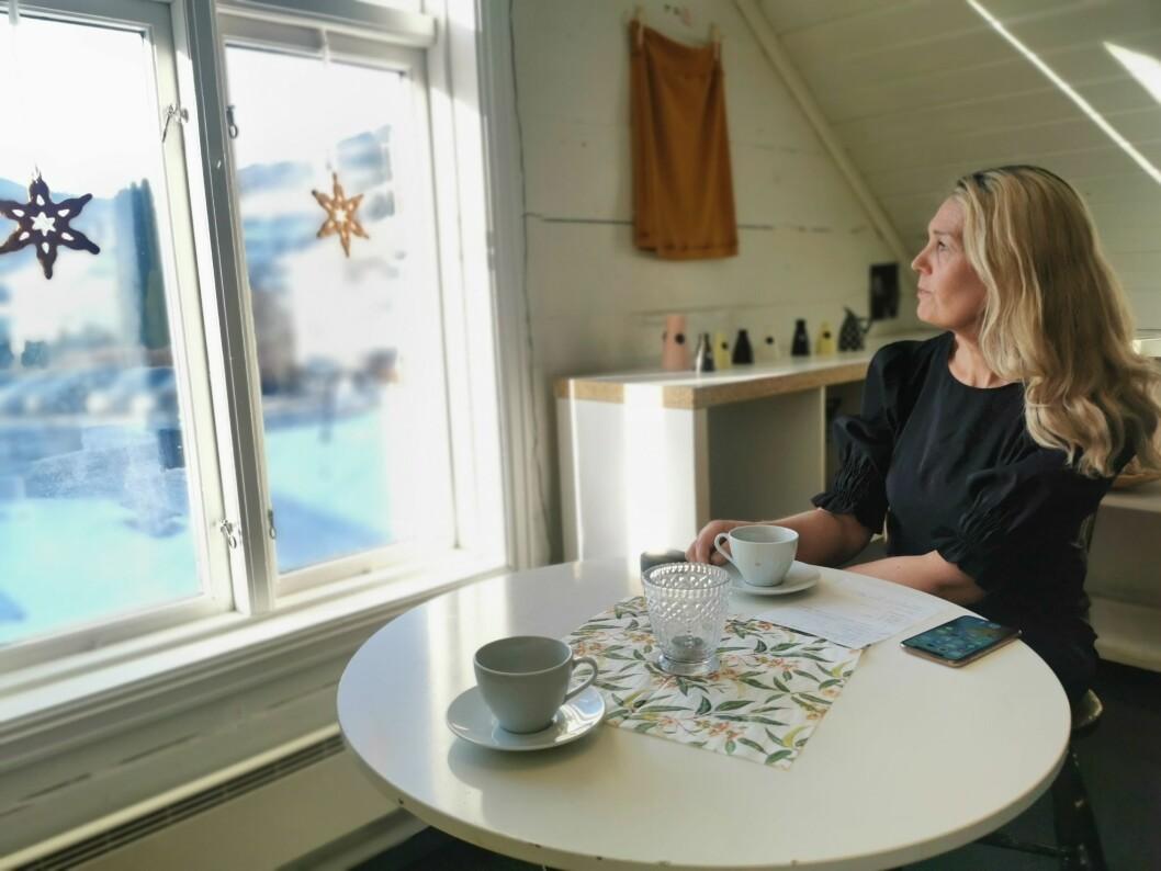 TØFF TID: Det siste året har bydd på mange utfordringar for eigar Lise Sundberg ved Kafè krydder. Sjølv er ho fast bestemt på å sjå framover, og lære av utfordringane.