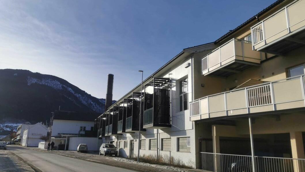 SELD: Ein leilegheit med inngang på baksida av dette leilighetskomplekset vart seld i Fjørevegen i Sogndal.