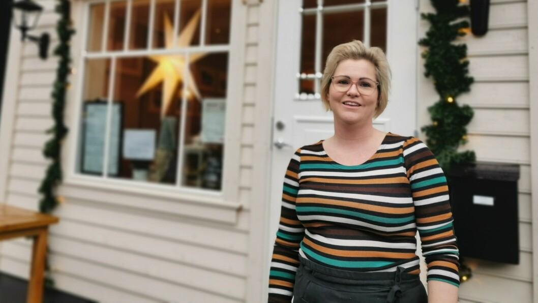TRYGT: Dagleg leiar for Malena kafé i Vadheim, Marita Mossestad, seier at det er trygt å besøke kafeen, som følgjer alle retningslinjer. Dei som likevel ikkje tek sjansen på kafébesøk, kan no handle «take away»-mat.