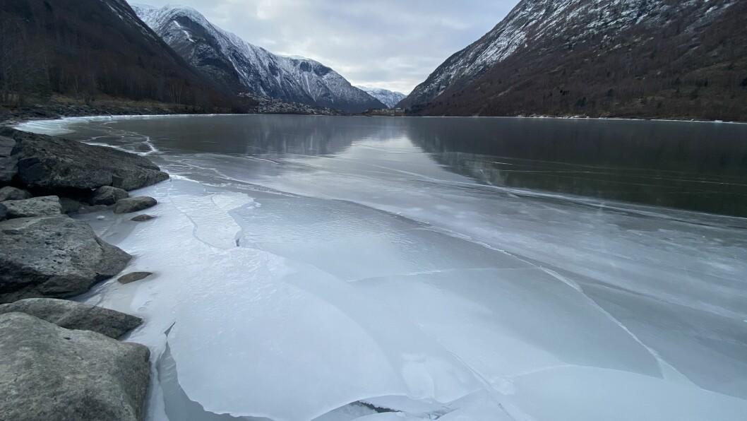 STENGD: Årdalsvatnet har vore stengd for folk den siste tida.
