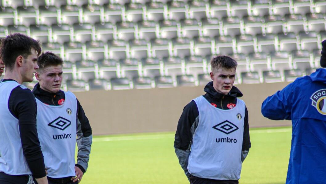 UNGE LOVANDE: Eirik Flataker (t.v.) og Vegard Halset på trening med A-laget. Begge er lovande spelarar som har bestemt seg for å satsa tungt på fotballen.