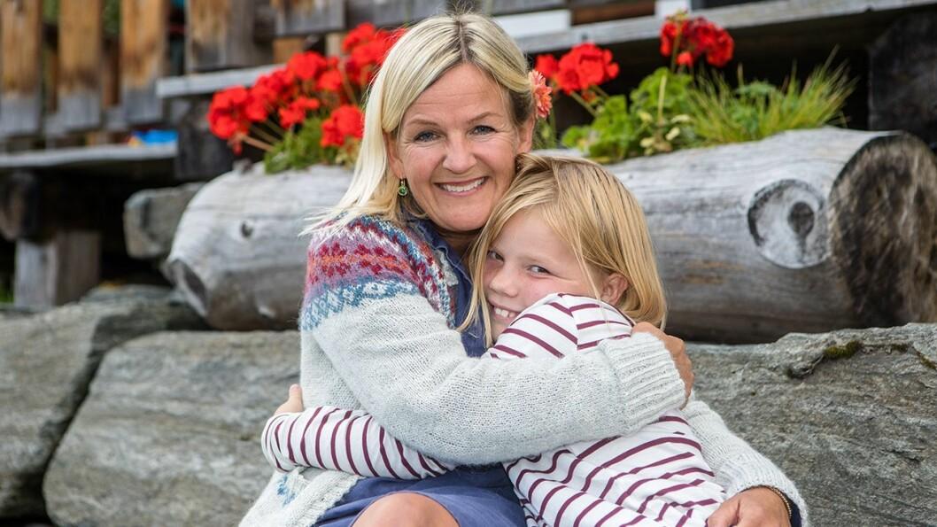 AVREISE: Kristin og dottera Aurora heime på Stigagarden, snart klare for å reise til Danmark.