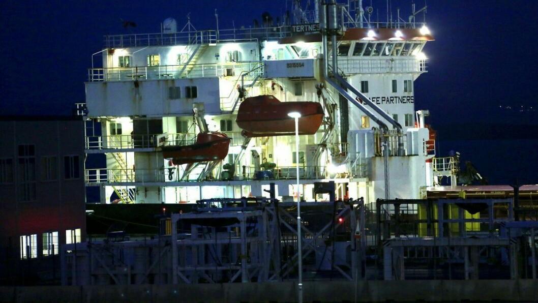 TI DAGAR ISOLASJON: Heile mannskapet er no i isolasjon om bord i skipet som har lagt til kai vedMekjarvik.