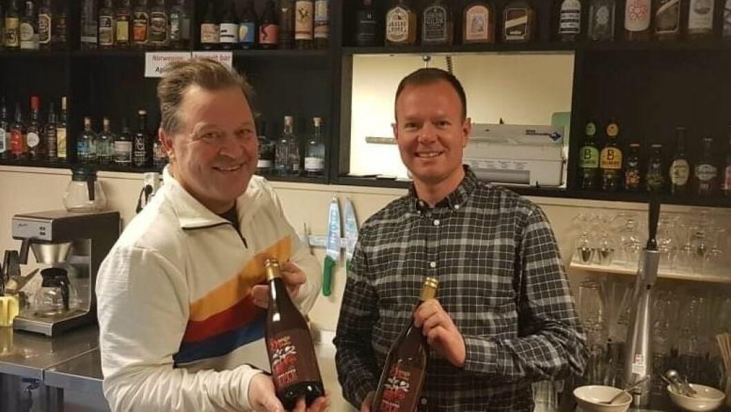 HØG INTERESSE: Cideren til Hestetun har vekt mykje merksemd, til og med hos TV-personlegheiten Arne Hjeltnes