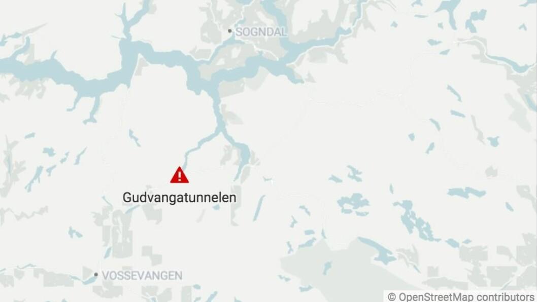 GUDVANGATUNNELEN: Ein politipatrulje er på leit etter sjåføren som køyrde i retning Voss.