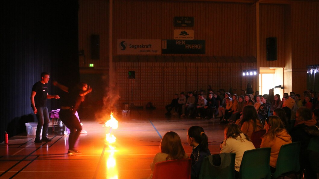 FYR OG FLAMME: Det vart pyroshow då ViteMeir hadde si første presentasjon på mininutrnèen deira, ved Flatbygdi skule onsdag.