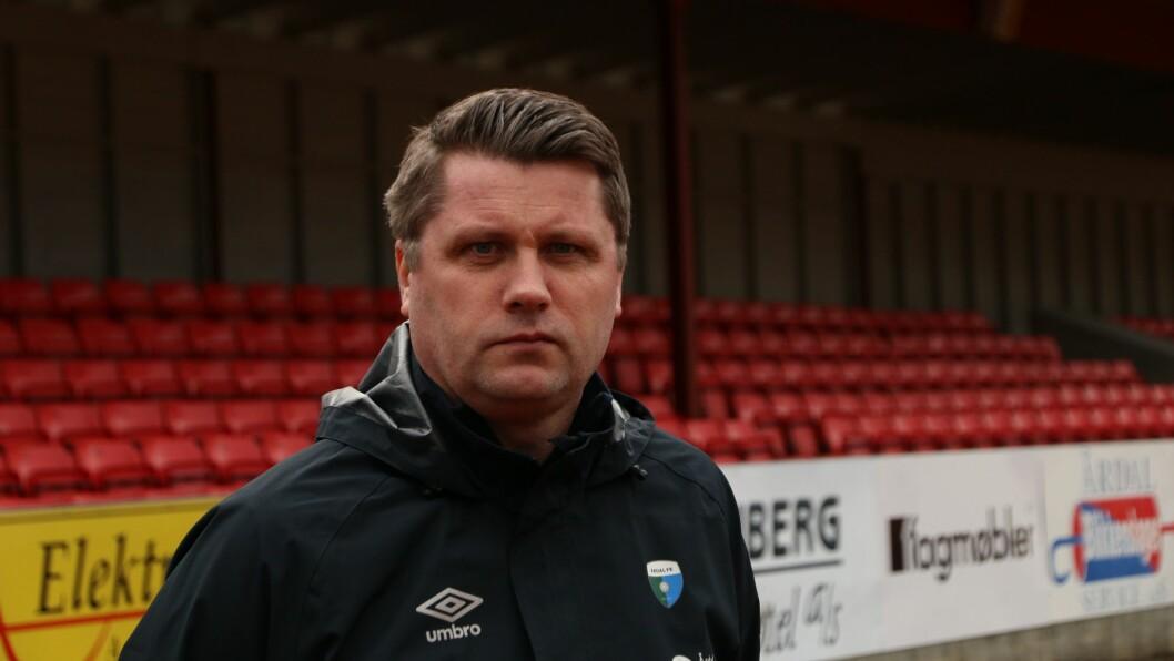 I FARE: Sesongstarten står i fare for Årdal FK og trenar Morten Brandsdal. Han er blandt fleire som meiner breiddefotballen som ønskjer regionale tilpasningar.