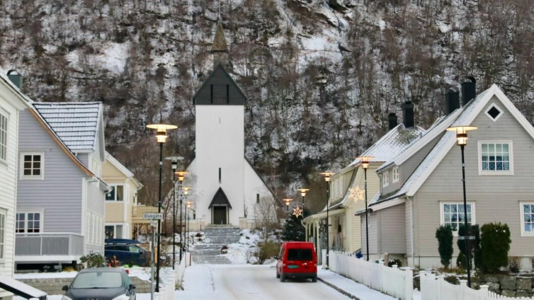 STILLLE: Det er ikkje mange å sjå gatelangs i Høyanger om dagen. Tala frå undersøkinga gjeld bygder generelt, ikkje Høyanger spesielt