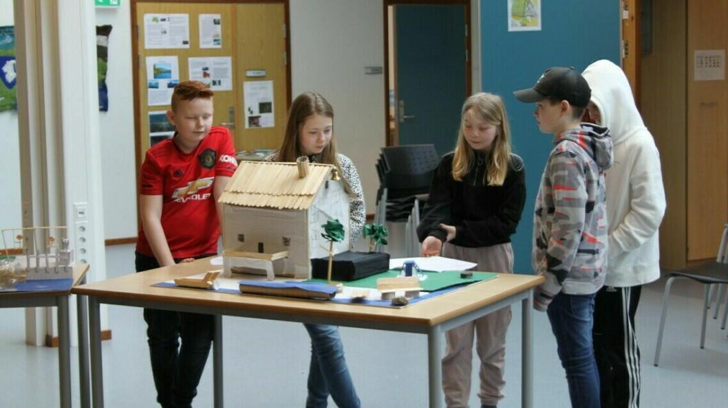 MODELLAR: Papp, ispinnar, papir, og dorullar var noko av det elevane tok i bruk for å visualisera sine idear om korleis verdsarvsenteret skulle sjå ut.