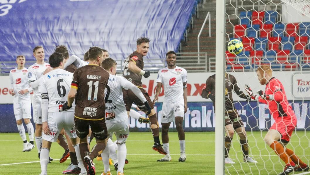 PUNKTUM: Markus Nakkim sett inn Mjøndalen sin 3-2 skåring mot Sogndal i kvaliken 28. desember, den siste kampen Sogndal spelte i 2020.