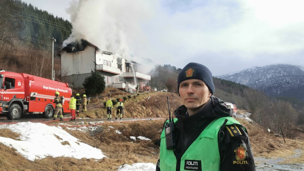 MYKJE RØYK: Røyken frå huset som tok fyr stod ved Kjos på Hafslo høgt opp mot himmelen bak innsatsleiar Eirik Skjerdal.