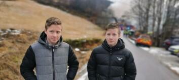 Då Benjamin og Gabriel (15) såg røykhavet, sprang dei inn i det brennande huset for å hjelpe til: – Me måtte jo få dei ut