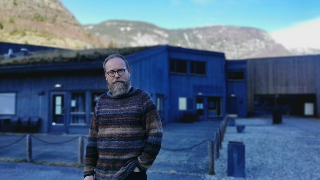 KREVJANDE: Kinostyrar Øyvind Hamre ved Lærdal kino fortel at pandemien gjer det vanskeleg å få tak i filmar. Likevel meiner han ein oppgradering av lokalet er på høg tid.