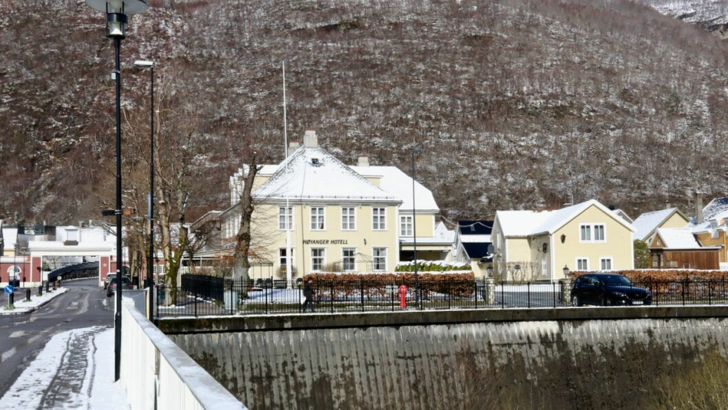 SENTRALT: Høyanger hotell ligg midt i sentrum.