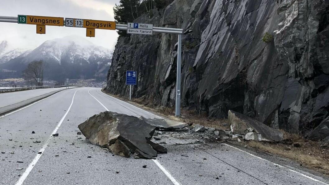 STOR: Store steinar har kome ned på Hella ferjekai.