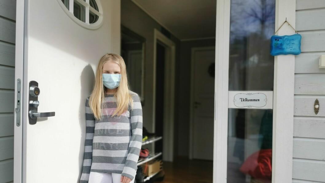 KLARAR SEG: – Eg har feber og litt vondt i magen, men det går bra, seier Amanda Lind (11). Ho er blant elevane på Kaupanger skule som er smitta med korona.