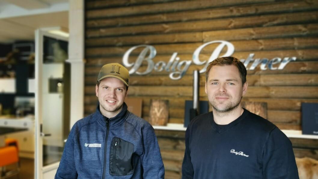 GODT ÅR: Hytte-henvendelsane har vore mange for Terje Thorsnes (t.v) og Geir Erik Røysi ved Boligpartner si avdeling i Sogndal.