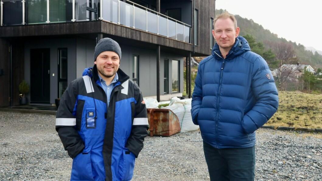 SUKSESS: Daniel Olai Kvernøy (t.v.) og Rune Håvåg (t.h.) hadde ikkje trudd at dei skulle selje 21 tomter på få år då dei starta opp arbeidet med Prestesundet byggjefelt i Eivindvik.