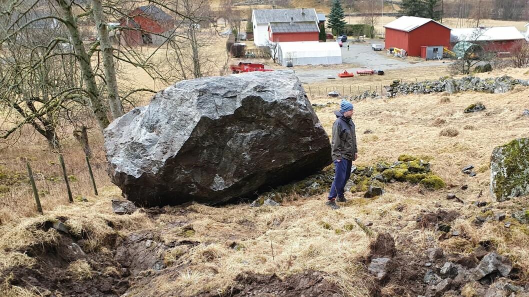 STORE STEINAR: Steinane er av forskjellig storleik, men mindre steinar skal ha treft garden i bakgrunnen. FOTO: Arne Veum, Aurlendingen