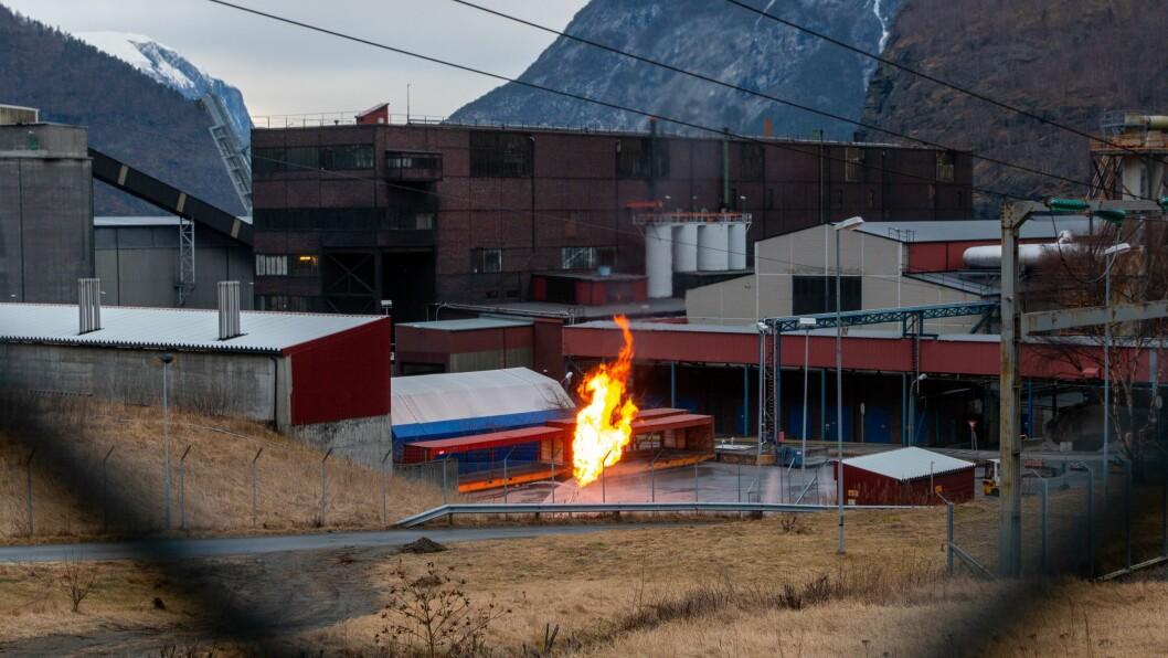 FLAMME: Slik såg flammen ut når journalisten var på veg til jobb tysdag morgon. Foto: Kyrre Fitje