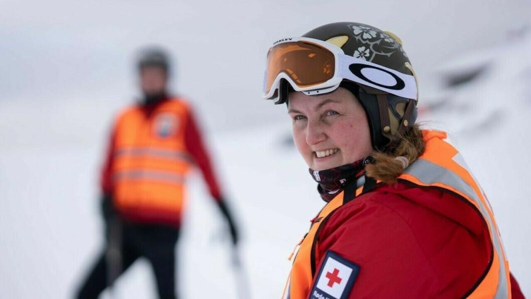 PASSAR PÅ: Tone Helen Kvalen i Hafslo Røde Kors Hjelpekorps er ein av rundt 1200 frivillige hjelpekorpsarar som har såkalla forsterka beredskapsvakt landet rundt i påska.