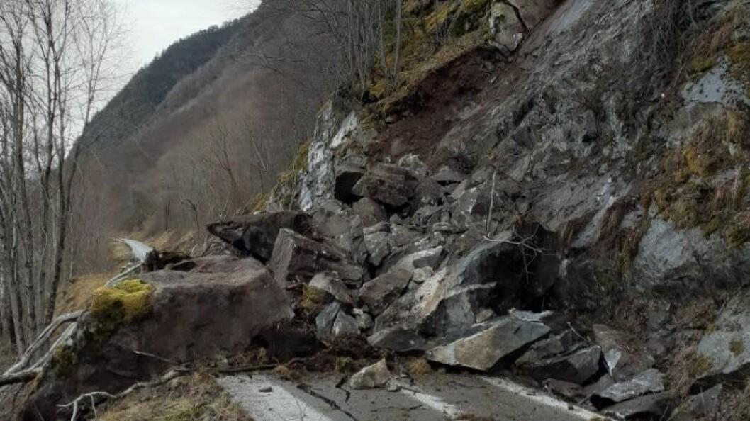 RAS: Store steinar har deisa ned i vegbana mellom Vik og Arnafjorden.