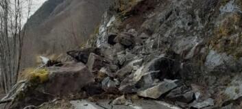 Dette steinraset stengjer fylkesvegen. Geolog er på veg til staden: – Arbeidet kan ta fleire dagar