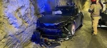 Kjedekollisjon etter at bil køyrte i fjellveggen Aurland. – Det er mange moment som gjer at dette er ein spesielt trafikkfarleg tunnel