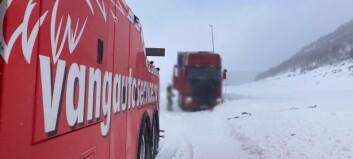 Fullt kaos ved fjellovergangane - tre trailerar hamna i grøfta