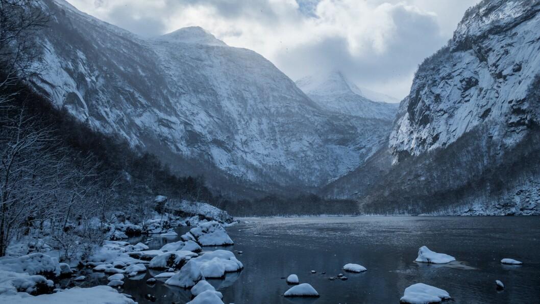 SNØ: Bygevêret frå nord kom med snø og kastevindari i ytre Sogn i helga. Meteorologen seier snøen er kommen for å bli, i ei stund i alle fall.
