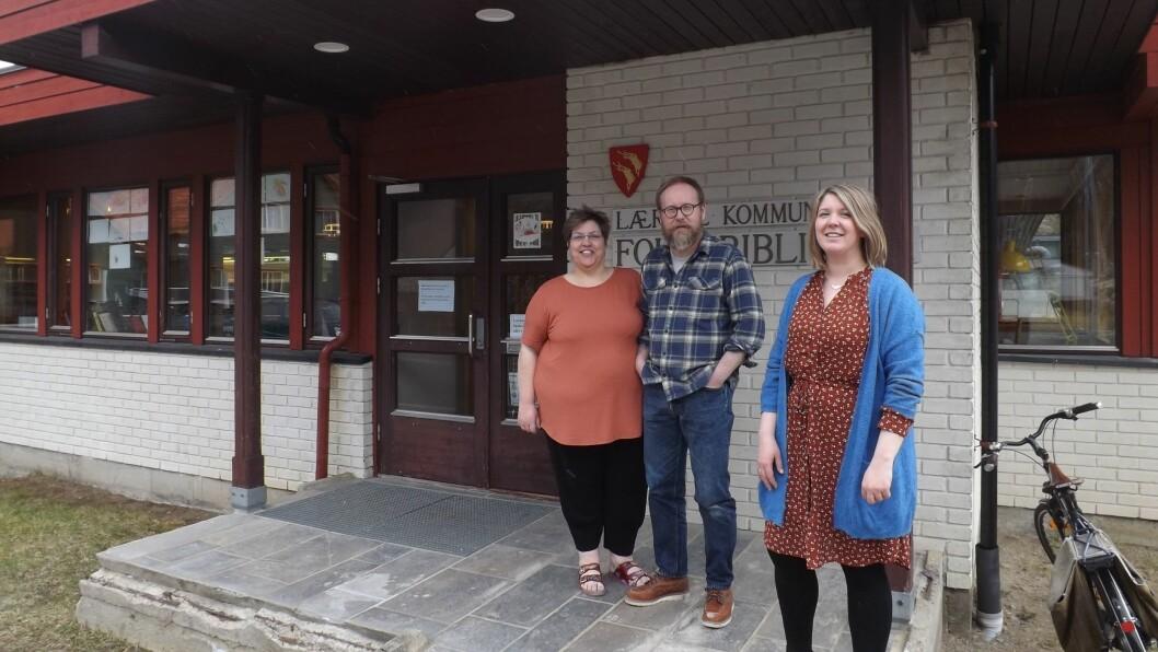 ARBEIDER PÅ SPRENG: Karing Hamre, Øyvind Hamre og Guro Nesse arbeider hardt med renoveringsarbeidet i folkebiblioteket i Lærdal.