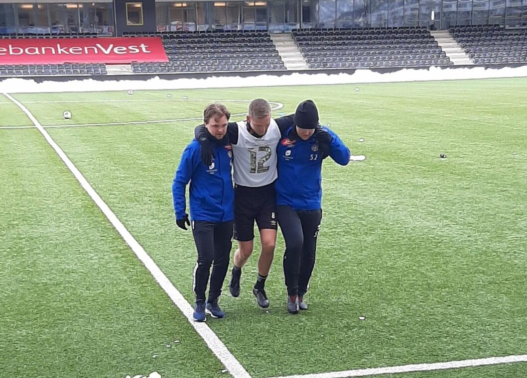KNESKADE: Ein skadeskoten Kristoffer Valsvik måtte halte seg av bana på treninga fredag føremiddag.