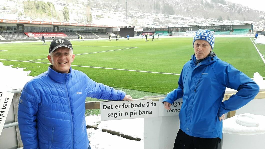 FØLGJER NED: Rolv Bjelde (t.h) og Kjell Hodlekve er god for mange timar på Fosshaugane, som billettørar og vakter sidan midt på 1960-talet. Her følgjer dei treninga til dagens A-lag.