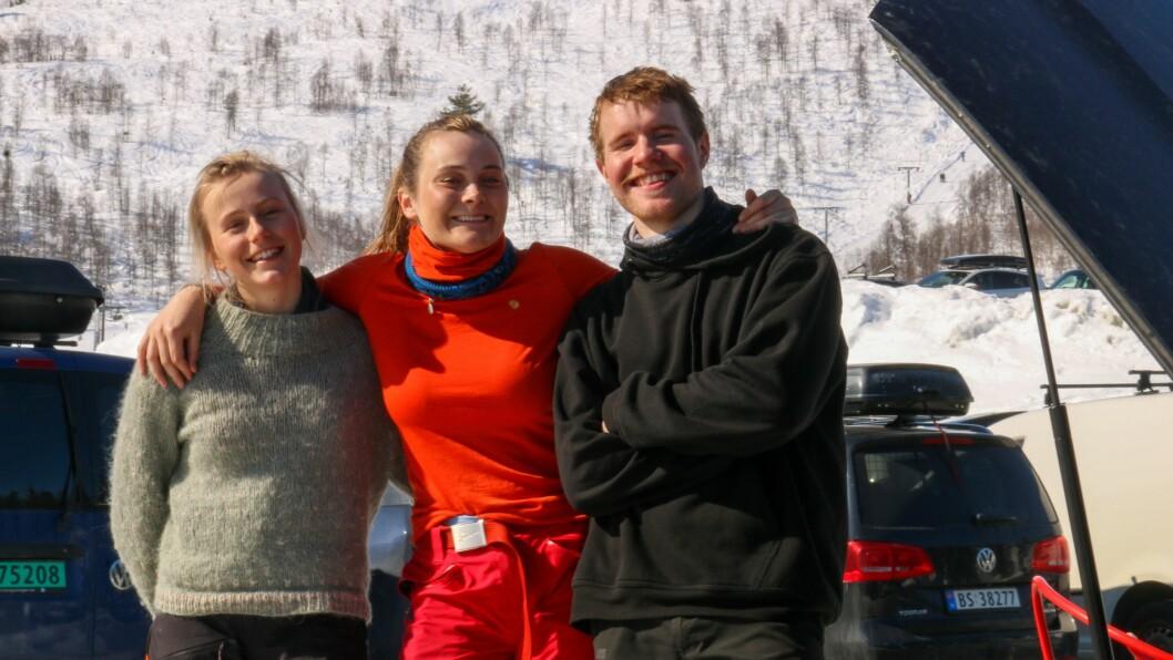 SMILER LIKEVEL: Frå venstre – Ingeborg Finstad, Ina Marie Torp Bie og Tore Nikolai Larsen vart verande på skulen i påskeferien. No har dei stått på ski seks av sju dagar denne veka. Føret har vore bra kvar dag, melder dei.